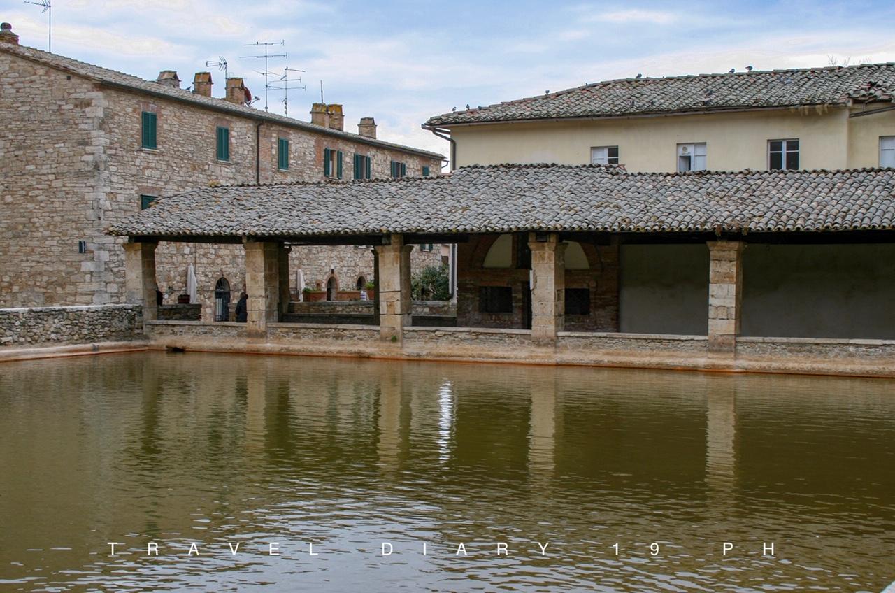 La piazza principale di Bagno Vignoni