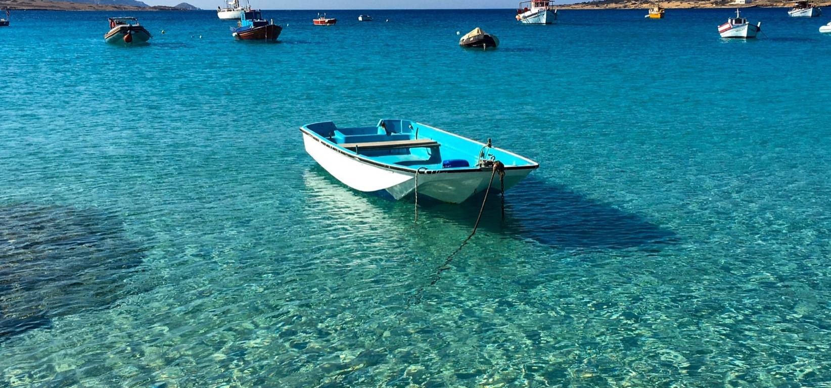 una barca nel mezzo di un mare cristallino a Koufonissi