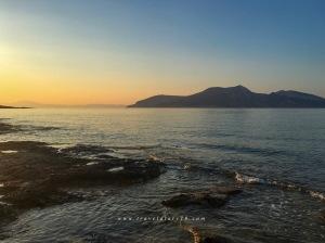 Un'alba a Koufonissi, isola delle Piccole Cicladi, sullo sfondo Keros
