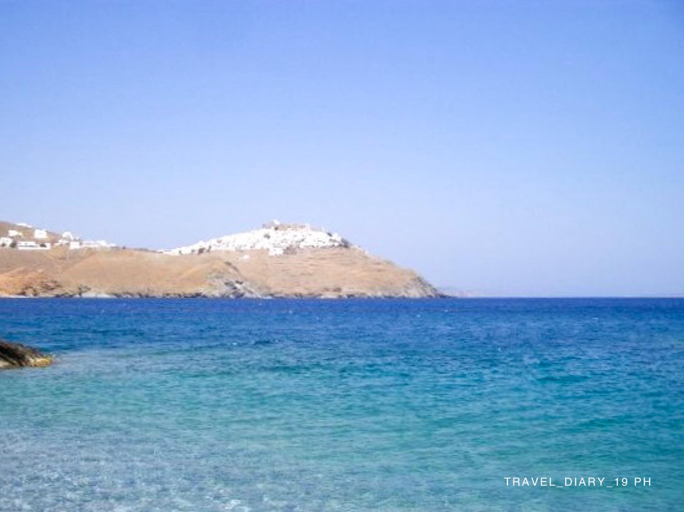 La Chora si Stampalia all'orizzonte di un mare azzurro e blu