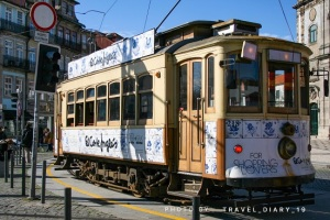 Un tipico tram in legno di Porto