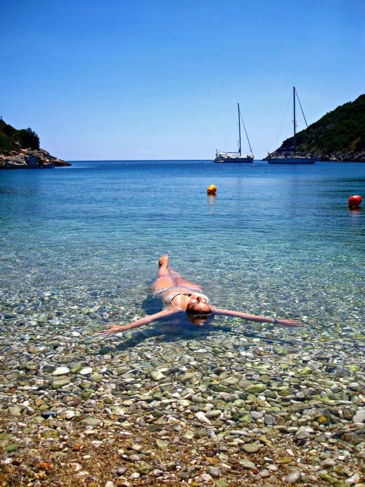 Martina nello splendido mare greco