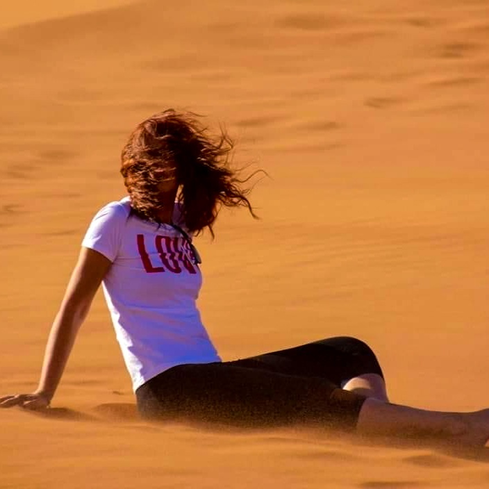 Chicca nel deserto col vento nei capelli
